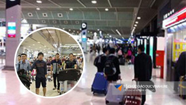 Máy bay hạ cánh là thời điểm nhân viên của Vinahure tại Đài Loan đã chờ sẵn học sinh ở sân bay và đón về ký túc xá, ổn định chỗ ăn, ở và hoàn thiện mọi thủ tục còn lại cho học sinh.