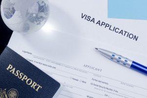 Bạn có biết Malta là nơi có cơ sở học tập tốt nhất trên thế giới không? Ngoài nổi tiếng với cơ sở học tập tiên tiến hiện đại, Malta còn tự hào với chim ưng điện ảnh, hiệp sĩ Công giáo, nhà thờ xinh đẹp và những bãi biển tuyệt đẹp. Đất nước xinh đẹp này liệu có phải là nơi bạn nên lựa chọn để đi du học? 1. Tỉ lệ đỗ Visa 100% Xin Visa, nỗi lo lắng lớn nhất của hầu hết các bạn du học sinh tương lai nay sẽ không còn là vấn đề nữa, bởi tí lệ đỗ Visa khi lựa chọn du học tại Malta là 100%.    2. Malta là điểm đến du học tuyệt vời dành cho sinh viên Học tập ở nước ngoài có thể khó khăn cho những sinh viên vì họ cảm thấy lo lắng về việc sống trong môi trường không quen thuộc trong một thời gian dài. Bạn sẽ không phải lo lắng vì vấn đề này khi du học tại Malta. Không chỉ là một quốc gia nói tiếng Anh (tiếng Malta và tiếng Anh là ngôn ngữ chính thức của quốc gia), sinh viên và người nước ngoài từ khắp nơi trên thế giới sống trên đảo, làm cho hòn đảo rất đa dạng và thân thiện. Sinh viên nói tiếng Anh có thể giao tiếp với người dân địa phương một cách dễ dàng.   3. Thời tiết, văn hóa và ẩm thực Nếu bạn yêu thích món ăn tuyệt vời, thời tiết ấm áp và cuộc sống về đêm thú vị, Malta là hòn đảo dành cho bạn! Malta cung cấp những món ăn ngon nhất thế giới. Trong khi ẩm thực của những người hàng xóm của Malta được thể hiện rõ hơn ở Hoa Kỳ (các nhà hàng Ý và Hy Lạp phong phú hơn các nhà hàng Maltese), các món ăn của Malta rất mới mẻ, theo mùa và ngon miệng.  Món ăn chủ yếu của ẩm thực Maltese là mì ống tươi, dầu ô liu và hải sản. Nếu bạn là người hâm mộ hải sản, bạn sẽ không tìm thấy giá vé tươi nào ở bất cứ đâu trên thế giới. Các loài cá quốc gia là Lampuka (còn được gọi là mahi-mahi), nhưng cá ngừ và cá kiếm chỉ là phong phú, và có thể được thưởng thức trong một loạt các chế phẩm. Malta cũng nổi tiếng với bánh ngọt (pastizzi), là món ăn nhẹ sau một ngày làm việc vất vả hoặc một đêm tại một câu lạc bộ.  Âm nhạc cũng là thế mạnh của Malta. Người hâm mộ nhạc sống sẽ yêu thích các quán ba
