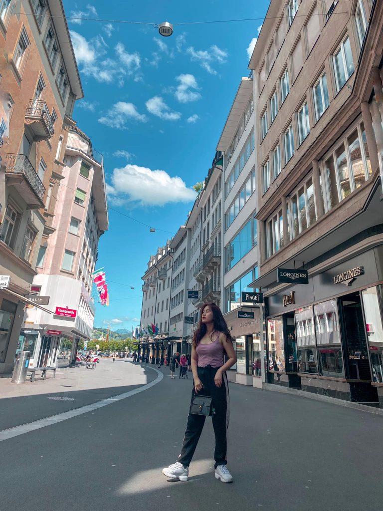 Con phố Lucerne tấp nập với những shop hàng hiệu